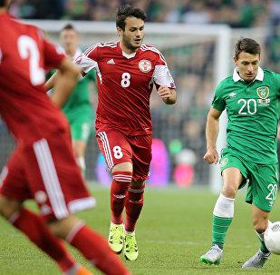 Грузинский футболист Валерий Казаишвили (в центре слева) в матче Грузии против Ирландии в отборочной части Euro 2016, сентябрь 2015