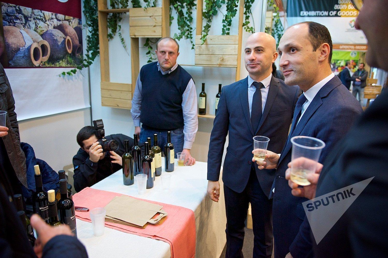 Министр сельского хозяйства Грузии Леван Давиташвили и глава Национального агентства вина Георгий Саманишвили дегустируют вино на  Международной сельскохозяйственной выставке