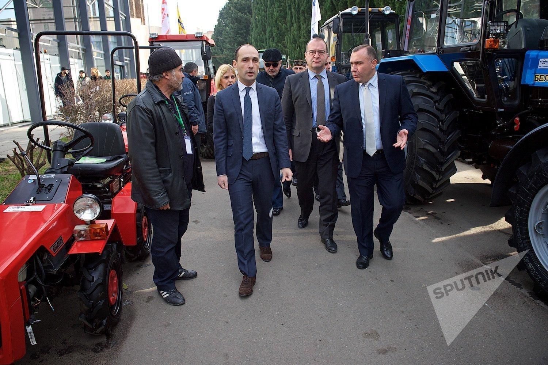 Министр сельского хозяйства Грузии Леван Давиташвили осматривает стенды с техникой на Международной сельскохозяйственной выставке