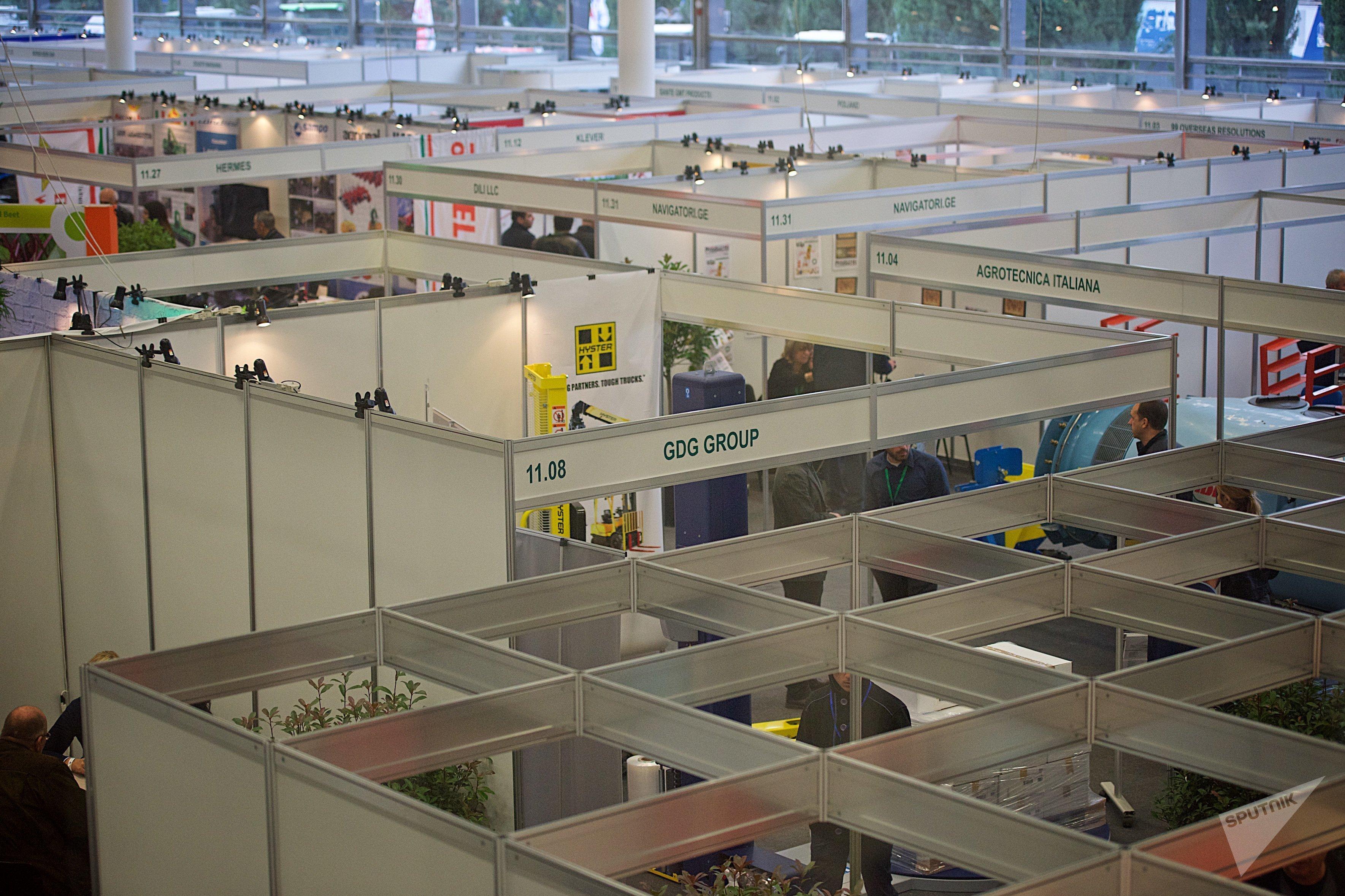Стенды различных компаний в 11-м павильоне на Международной сельскохозяйственной выставке