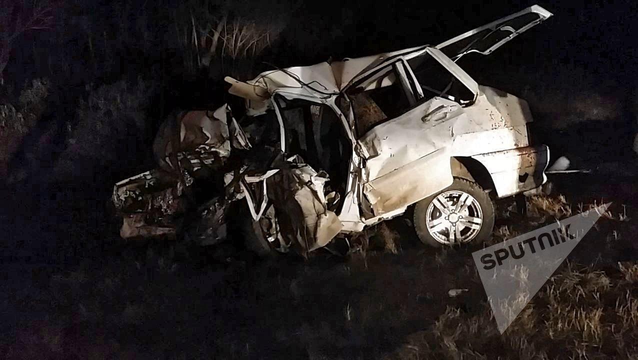 Разбитый автомобиль на месте дорожно-транспортного происшествия на федеральной трассе Кавказ в Чечне
