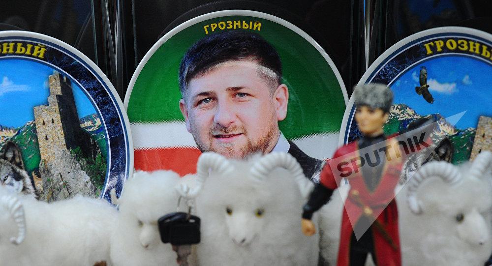 Сувенирная тарелка с изображением главы Чечни Рамзана Кадырова в одном из магазинов в торговом комплексе Грозный Сити