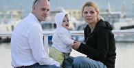 Семья с ребенком в порту во время Каннского Международного кинофестиваля