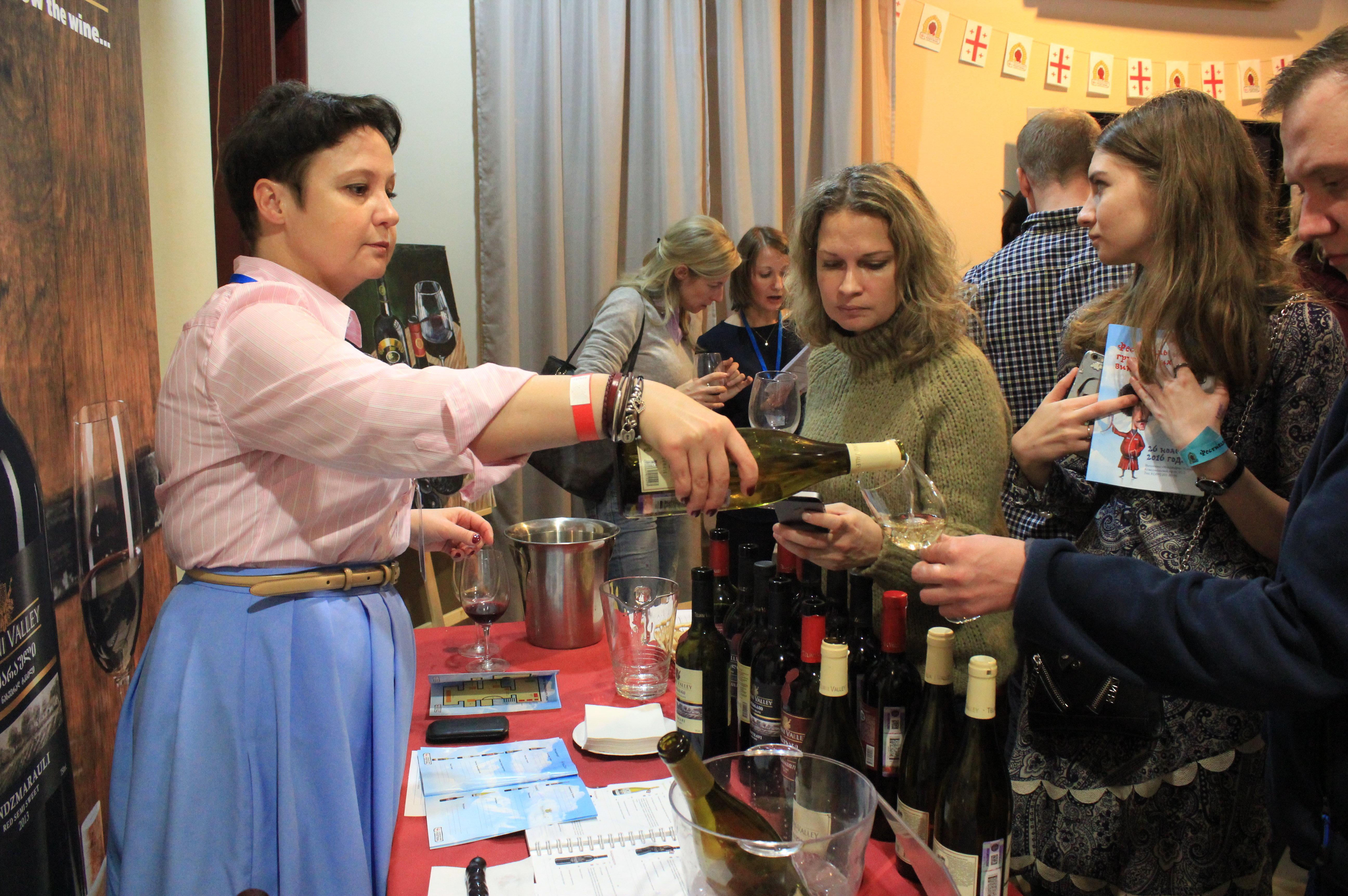 მოსკოვში გამართულ ქართული ღვინის ფესტივალზე სტუმრები ღვინოს აგემოვნებენ