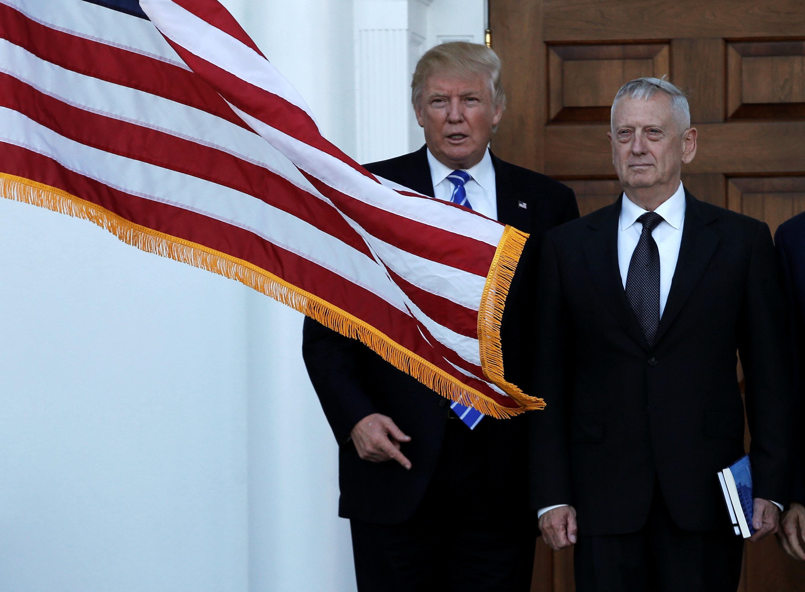 აშშ-ის ახალი პრეზიდენტი დონალდ ტრამპი ესალმება საზღვაო ქვეითთა გადამდგარ გენერალ ჯეიმს მატისს ბედმინსტერში, ნიუ ჯერსი