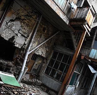 Поврежденный дом на улице Шалвы Дадиани в Тбилиси