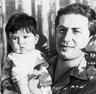 Сын Иосифа Сталина Яков Джугашвили (1907-1943) с дочерью Галиной