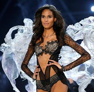 Девушки дефилировали с гигантскими крыльями различных форм и размеров, аналогичными ангельским крыльям, перьям павлина или крыльям бабочек