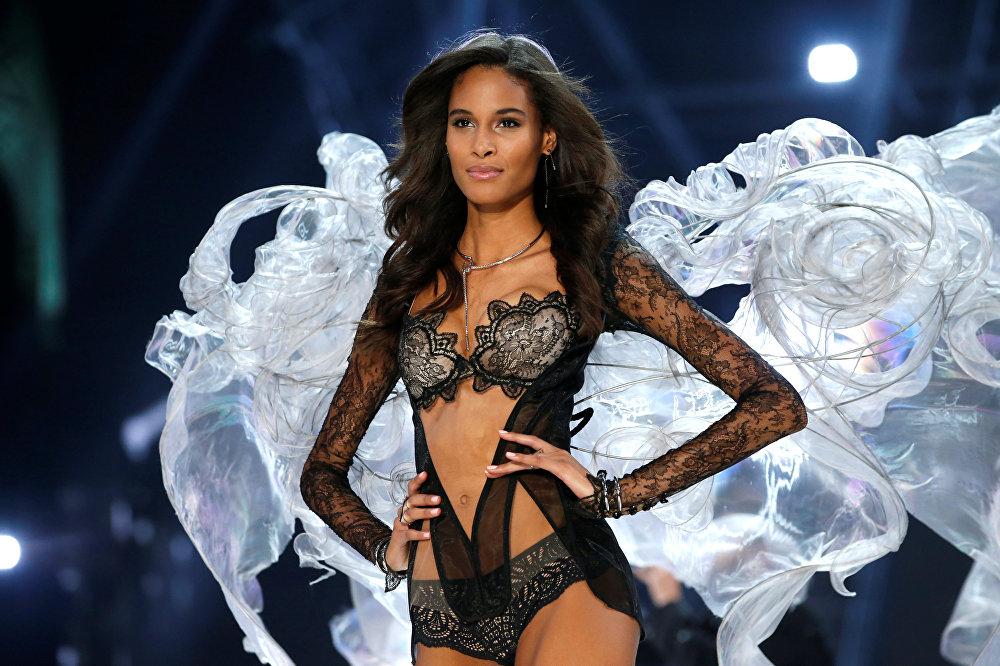 გოგონები პოდიუმზე სხვადასხვა ფორმისა და ზომის გიგანტური ფრთებით წარდგნენ - ანგელოზის, ფარშევანგის ბუმბულის ან პეპლის ფრთების მსგავსით.