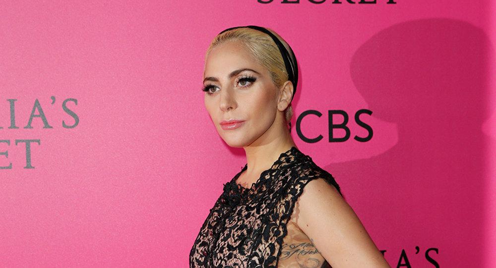 Приглашенной суперзвездой дефиле стала Леди Гага. В этот вечер она сменила несколько нарядов и стала главным голосом показа.