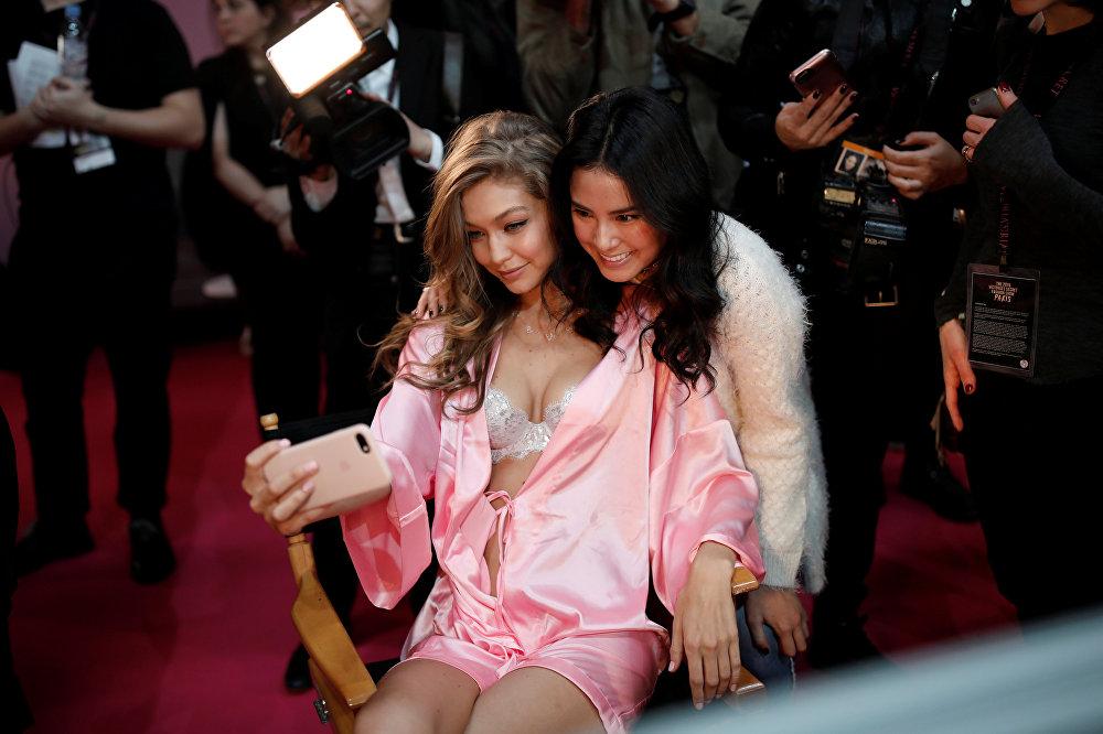 Victoria's Secret Fashion Show-ზე ჯიჯი ჰადიდი მეორედ მონაწილეობს მისი 19-წლის დისთვის, რომელიც სუპერმოდელი ბელა ჰადიდია, პარიზის შოუ სადებიუტო იყო.