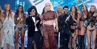 За атмосферу праздника на шоу отвечали Леди Гага, Бруно Марс и The Weeknd, а режиссером стал известный американский кинопродюсер Майкл Бэй, прославившийся на весь мир фильмами «Трансформер», «Кошмар на улице Вязов» и «Плохие парни»