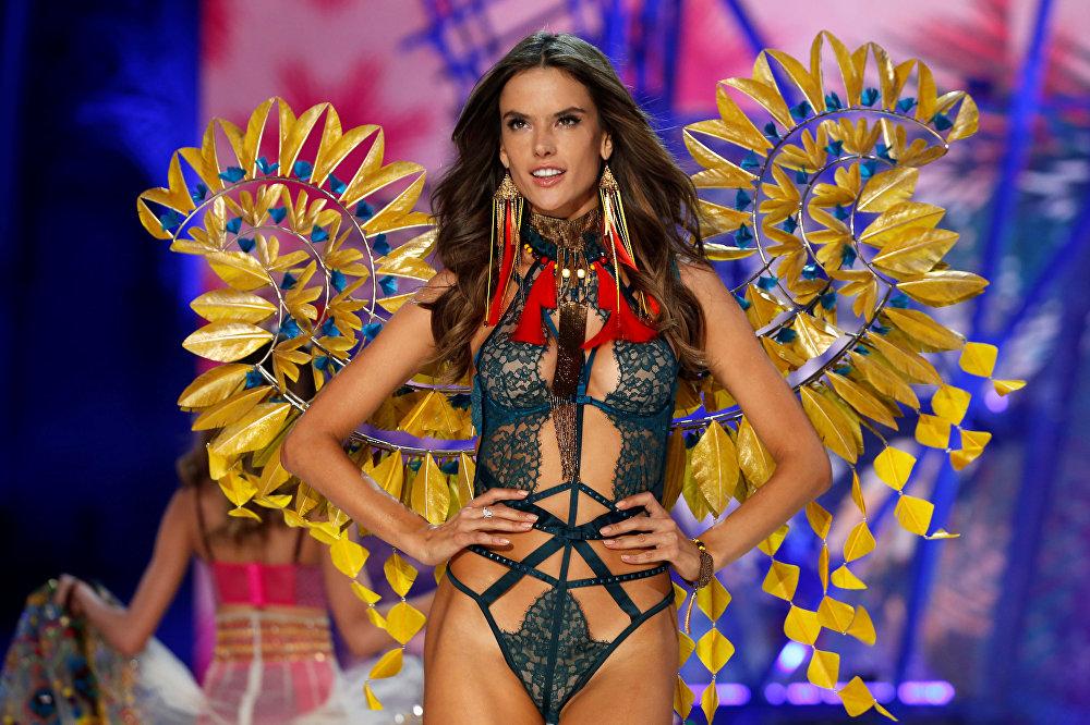 Victoria's Secret-თან ალესანდრა ამბროსიომ კონტრაქტი 2001 წელს გააფორმა. ბრაზილიელი ლამაზმანი იმდენად უფრთხილდება თავის კარიერას, რომ 2011 წელს ჩვენებაში მონაწილეობა ორი თვის ორსულმა მიიღო.