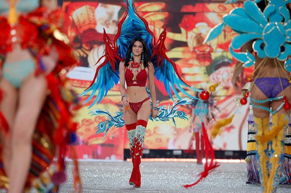 მოდელმა ქენდალ ჯენერმა, რომელიც მონაწილეობს სატელევიზიო რეალითი-შოუში კარდაშიანების ოჯახი, Victoria's Secret Fashion Show-ის ჩვენება გახსნა.