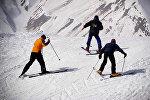 Лыжники в горах на зимнем курорте в Гудаури