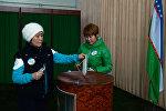 Женщины голосуют на избирательном участке во время выборов президента Узбекистана