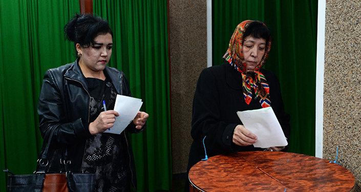 Женщины голосуют на избирательном участке в Ташкенте во время выборов президента Узбекистана