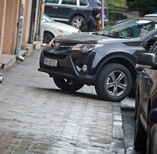 Машина, припаркованная на тротуаре с нарушением правил