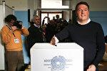 Премьер-министр Италии Маттео Ренци голосует на референдуме по конституционной реформе в Понтассиве, Северная Италия