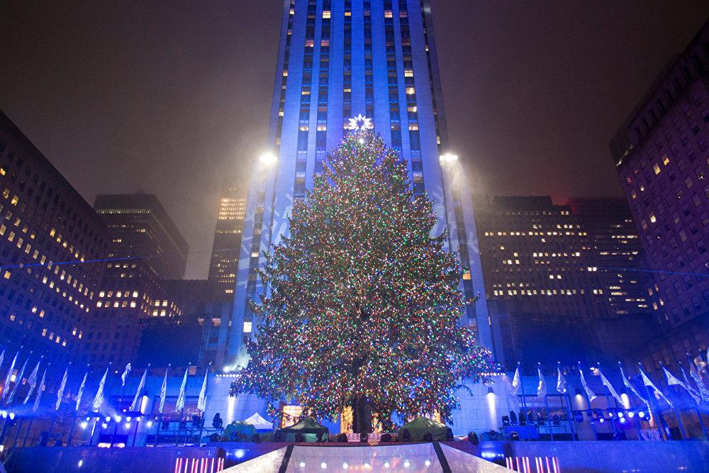 საშობაო ნაძვის ხე როკფელერ-ცენტრთან ნიუ-იორკში მისი განთების 84-ე ცერემონიის ჩატარების შემდეგ