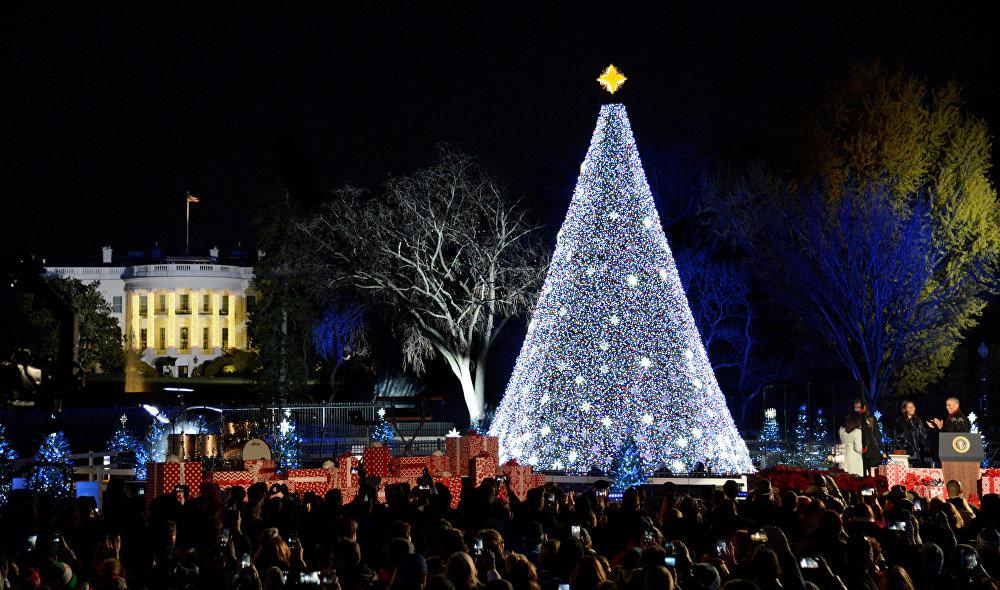 აშშ-ის პრეზიდენტმა ბარაკ ობამამ (ფოტოზე მარჯვნივ) მეუღლე მიშელთან და ქალიშვილ საშასთან ერთად გაანათეს ნაძვის ხე თეთრი სახლის წინ