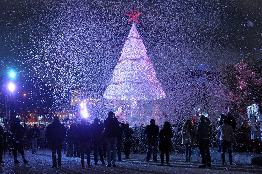 ხალხმა საახალწლო ნაძვის ხესთან მოიყარა თავი საშობაო ზეიმის დაწყების აღსანიშნავად ზგარტეში, ლიბანი