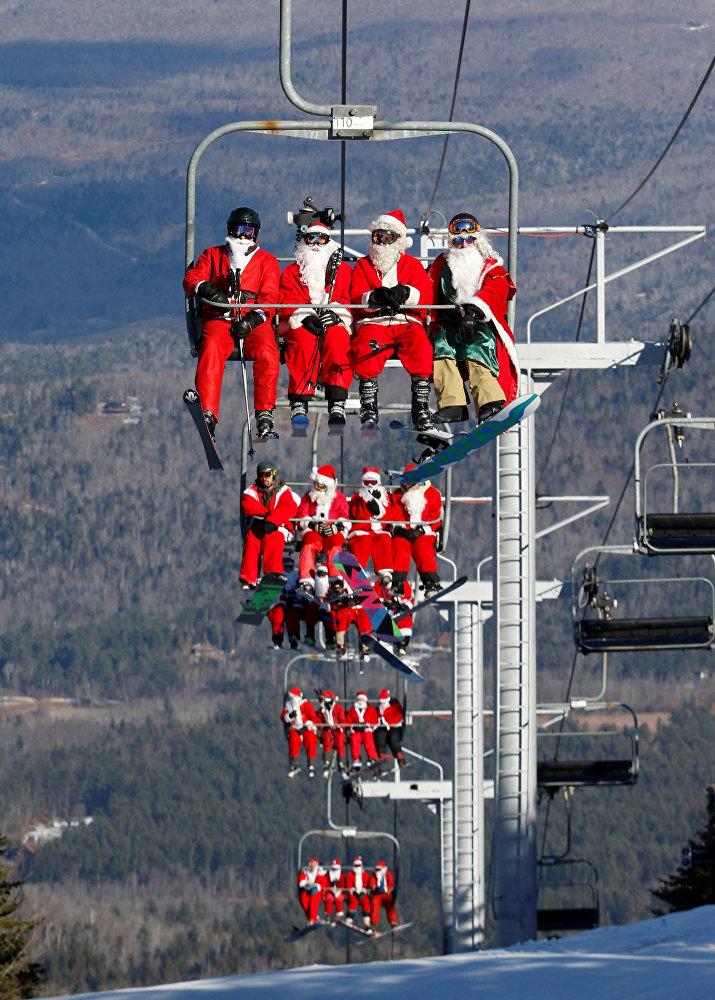 მოთხილამურეები და სნოუბორდისტები სანტის ფორმებში მთაზე ბრუნდებიან, აშშ, შტატი მეინი