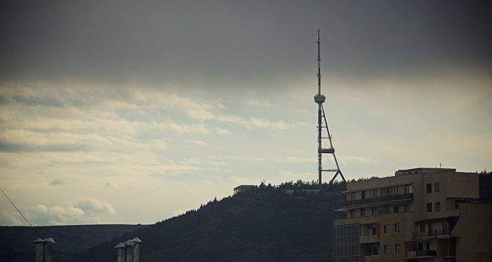 Тбилисская телевышка на горе Мтацминда на фоне туч над городом