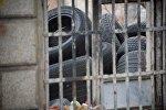 Старые шины и покрышки в одном из автосервисов