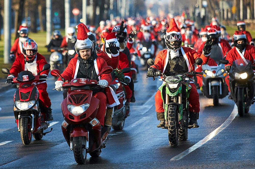 სანტა კლასუები მოტოციკლებით სეირნობენ გდანსკში, პოლონეთი