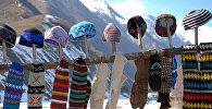 Грузинские шапки и вязанные шерстяные носки, продающиеся у поселка Гудаури