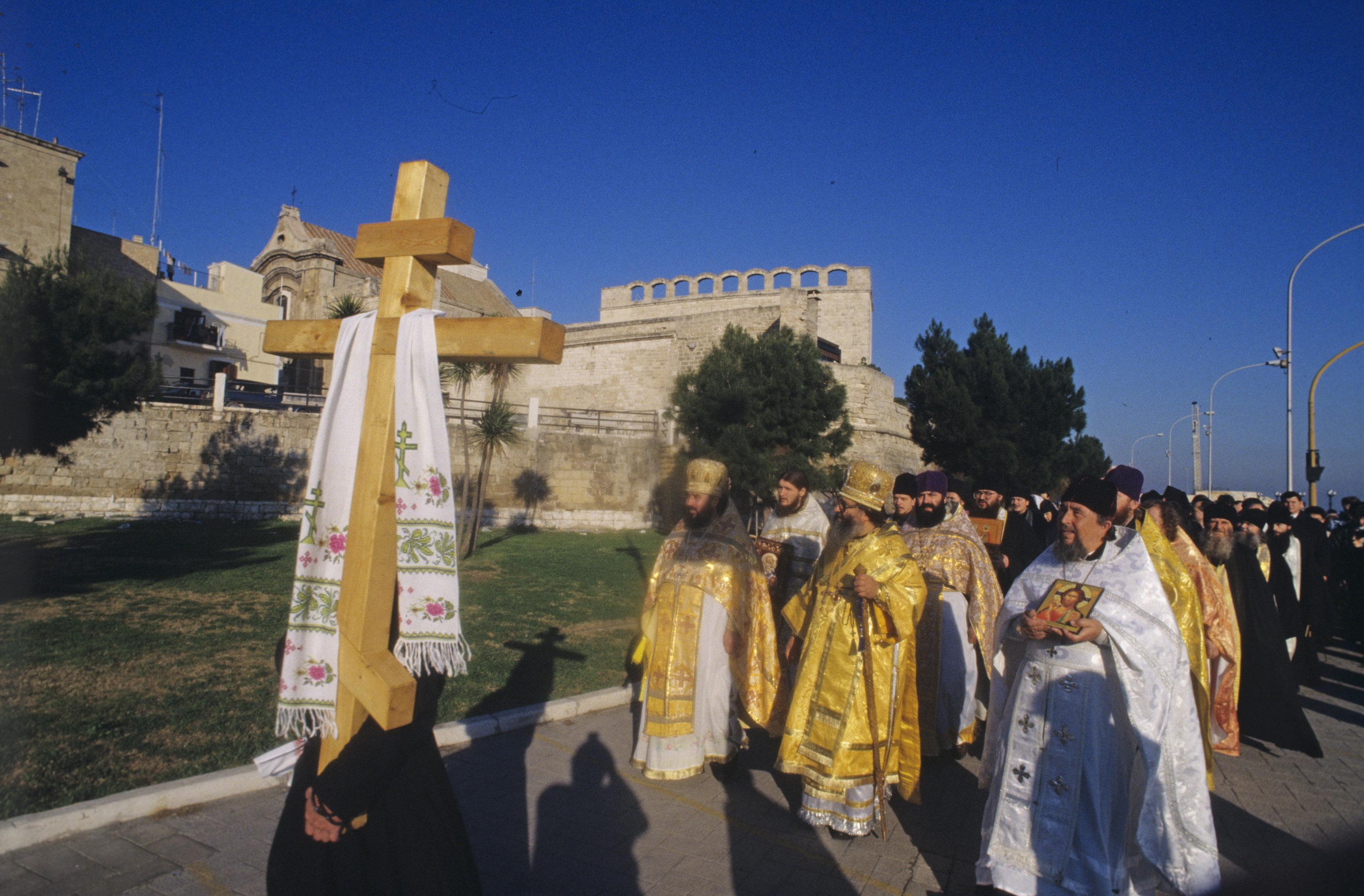 Крестный ход паломников в храм Святителя Николая угодника Божия