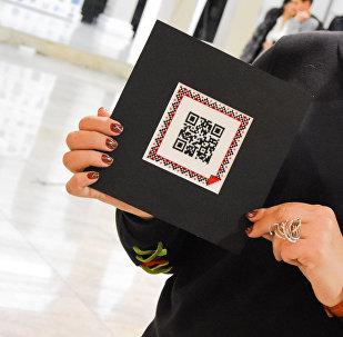 Умную вышивку с QR-кодом показали на выставке в Тбилиси