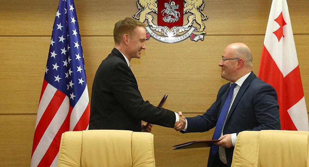 Заместитель помощника министра обороны США Майкл Карпентер и министр обороны Грузии Леван Изория подписали соглашение