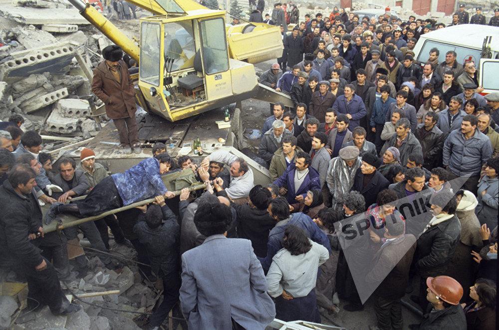 სპიტაკში მომხდარი 10 ბალიანი მიწისძვრის შემდეგ ნანგრევებიდან გამოყავთ დაშავებულები