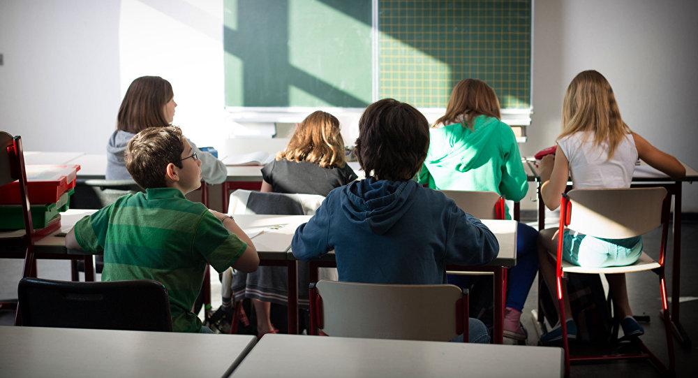 Школьники полистают к школьницам в школе фото 5 фотография
