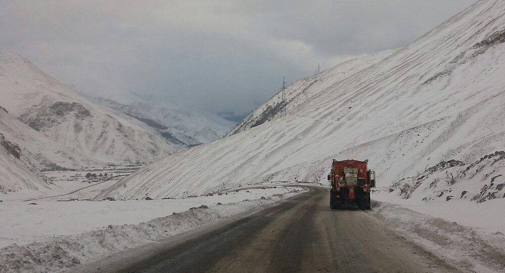 Снегоочиститель на Военно-Грузинской дороге