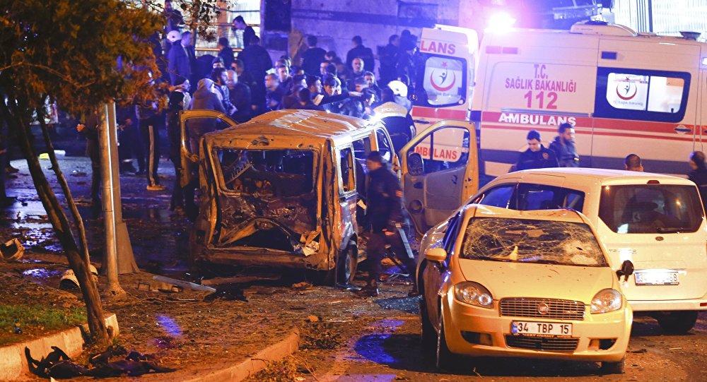 Полиция прибывает на место взрыва в центре Стамбула, Турция