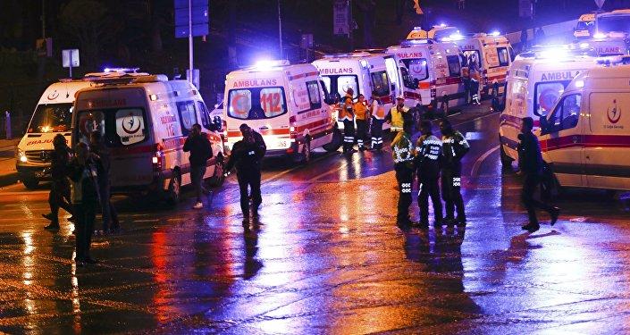 Полиция и скорая помощь на месте взрыва в Стамбуле, Турция