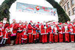 Сотни Санта Клаусов пробежали по Риге, участвуя в благотворительной акции
