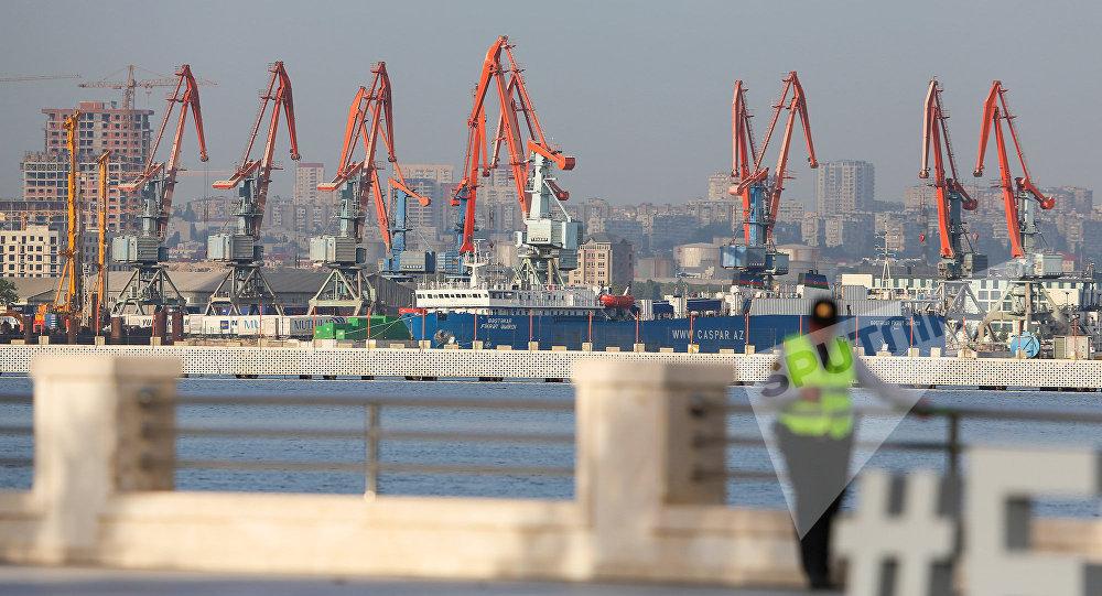 Портовые краны в Бакинском международном морском торговом порту
