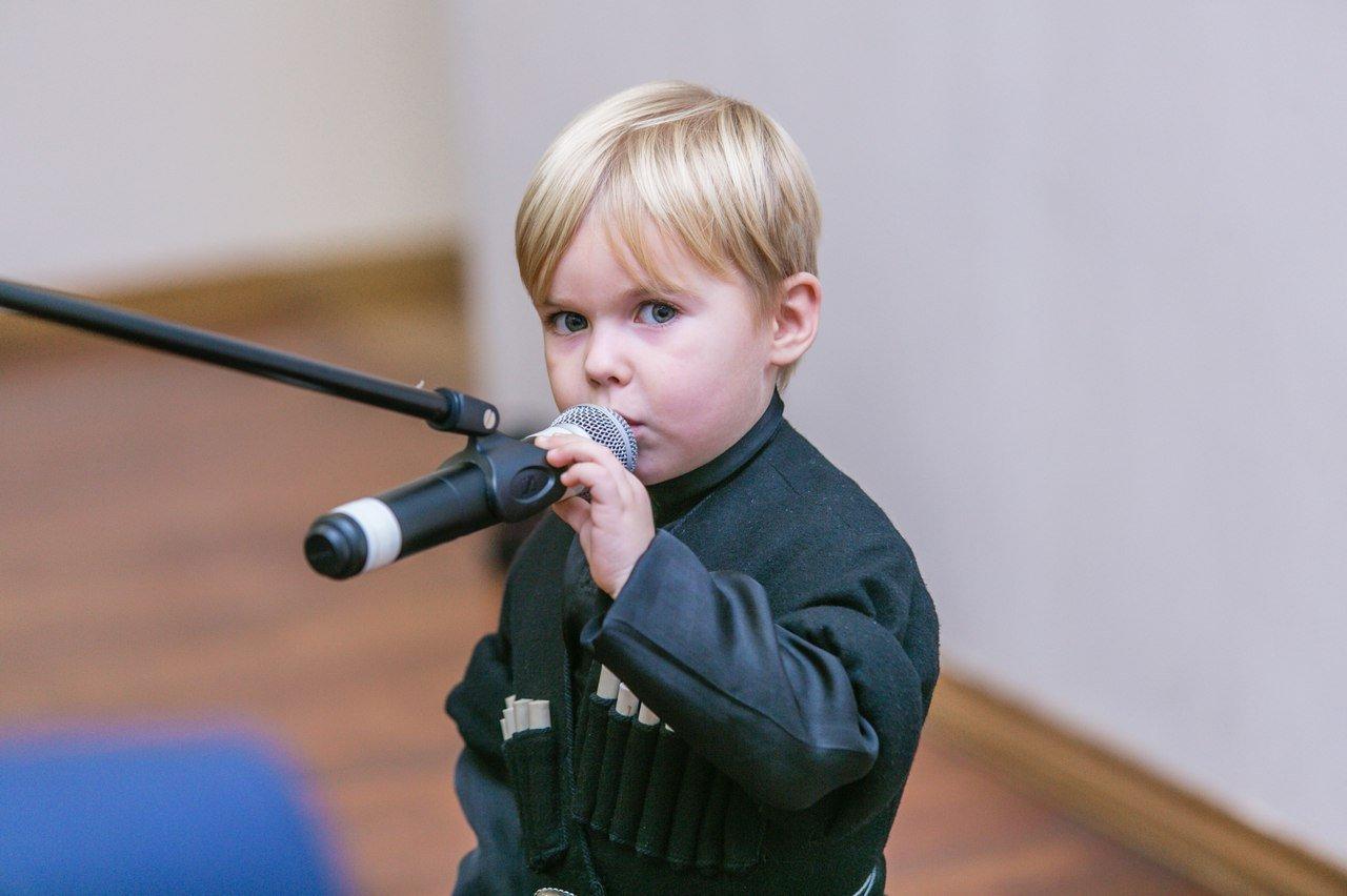 Маленький мальчик читает стихотворение на грузинском языке
