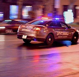 Полицейсккая машина зимой патрулирует улицы столицы Грузии