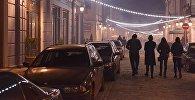Люди вечером прогуливаются по проспекту Давида Агмашенебели
