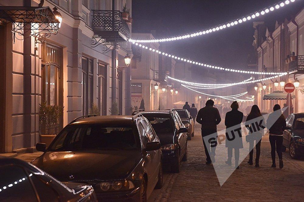 ხალხი საღამოს აღმაშენებლის გამზირზე სეირნობს, სადაც თითქმის სრულად დამონტაჟდა საახალწლო ილუმინაცია