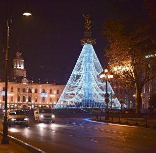 Статуя Святого Георгия на площади Свободы в центре Тбилиси. украшенная праздничной иллюминацией к Новому году