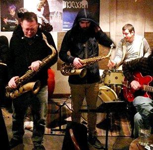 Группа музыкантов исполняет джазовые композиции