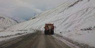 Заснеженная дорога в горах
