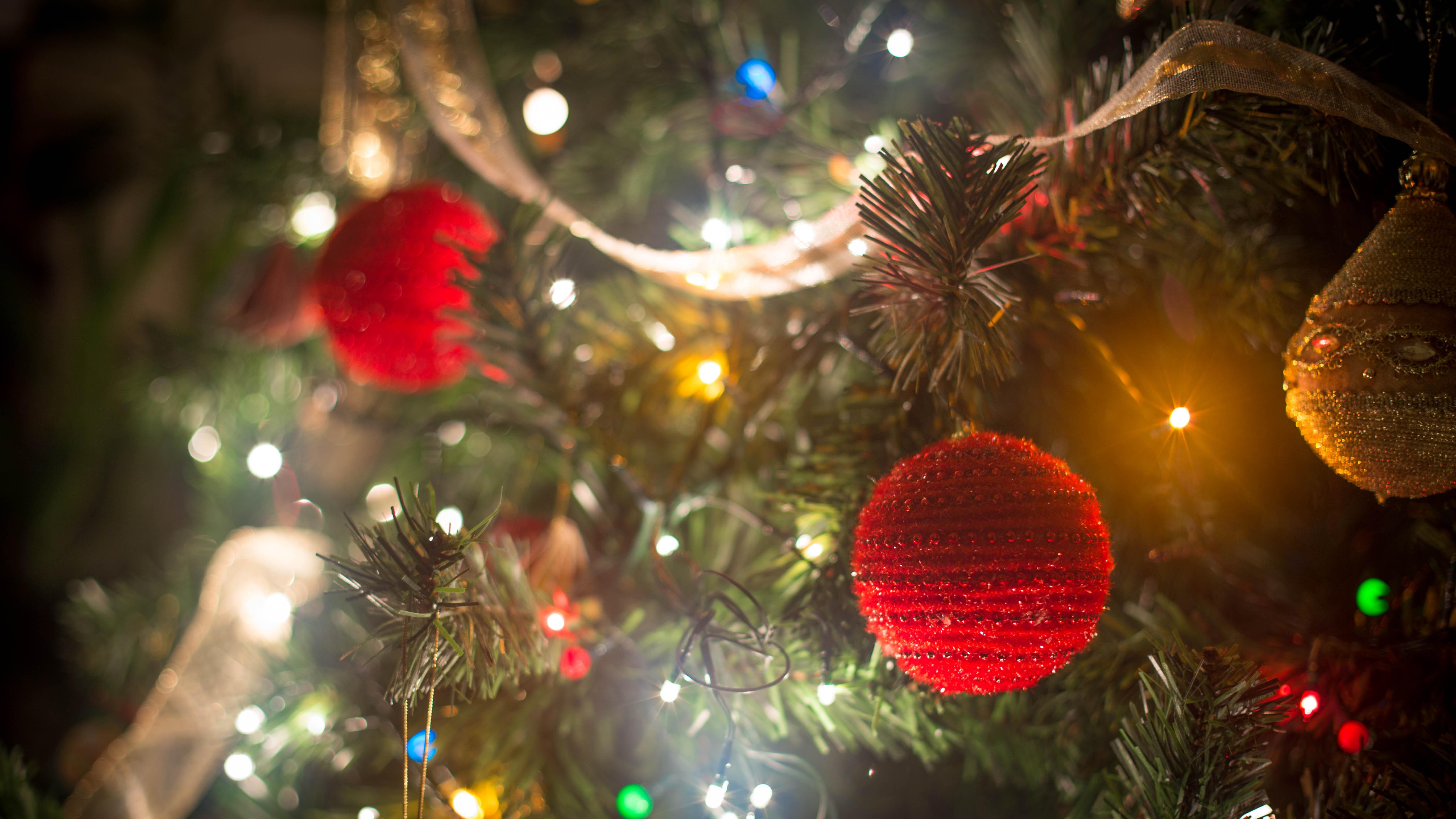 Традиция украшать новогоднюю елку насчитывает 2 тысячи лет