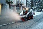 В Батуми очищают дорогу от снега